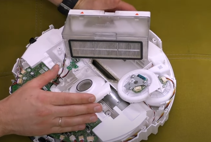 робот-пылесос не высасывает мусор и пыль