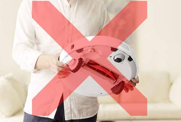Не переносите робот-пылесос во время уборки